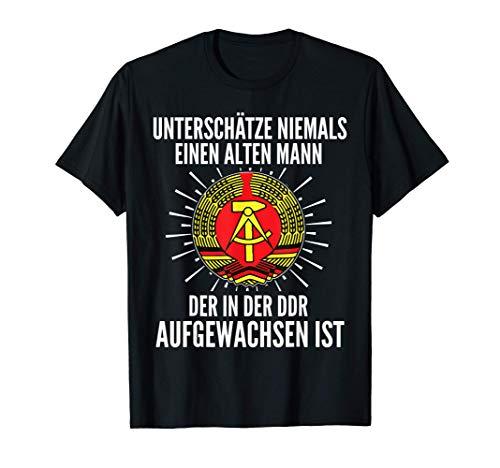 Herren Unterschätze niemals einen alten Mann der in der DDR.. T-Shirt