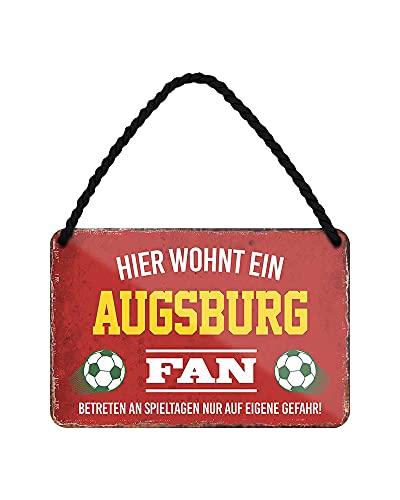 Hier wohnt ein Augsburg Fan Blechschild - Metallschild mit Kordel & Saugnapf - Fussball Fans Ultras Anhänger Begeisterte - Wanddeko Türdeko Man Cave Jugendzimmer Werkstatt Wohnzimmer - 18x12cm