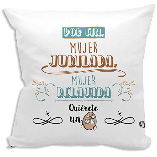 Cojin decorativo, original y personalizado para regalo, ideal para jubilacion y eventos. Incluye relleno. Mujer jubilada, Mujer relajada. 42,5 X 42,5 cm. Cojines con agradable tacto de algodon.
