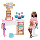 Barbie- Playset Maschere per Il Viso al Centro Benessere con Bambola Castana, Cagnolino e Accessori Giocattolo per Bambini 3+Anni, GJR85