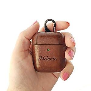AirPods Hülle Personalisierte PU Leder Kompatibel mit Apple AirPods 1 & 2 – Metall Schlüsselanhänger inklusive – Braun…