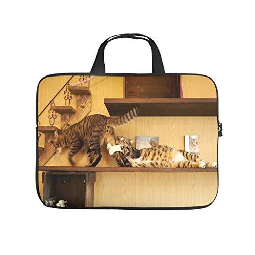 Funda impermeable para portátil con diseño de gatos luchando en una estantería, ideal para el trabajo o el negocio