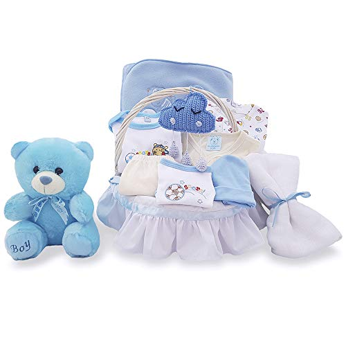 Cesta regalo para bebé recién nacido artesanal blanca canastilla mimbre con set ropa azul niño con amigurumi hecho a mano oso toalla muselina maternal tela Nubebe