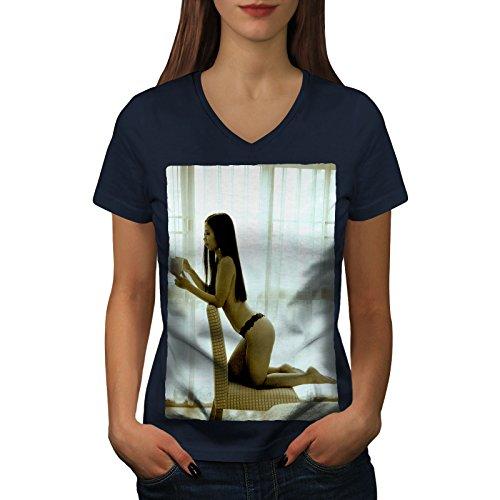 wellcoda Mädchen Heiß Karosserie Beute Sexy Frau V-Ausschnitt T-Shirt Nackt Grafikdesign-T-Stück