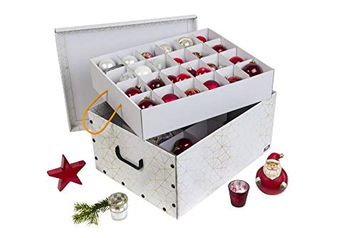 Kreher Weihnachtlicher XL Deko Karton mit Einsätzen für ca. 40 Weihnachtskugeln. Aus stabiler Pappe mit Griffen aus Kunststoff. In Weiss mit einem goldfarbenen Retro-Design Aufdruck.