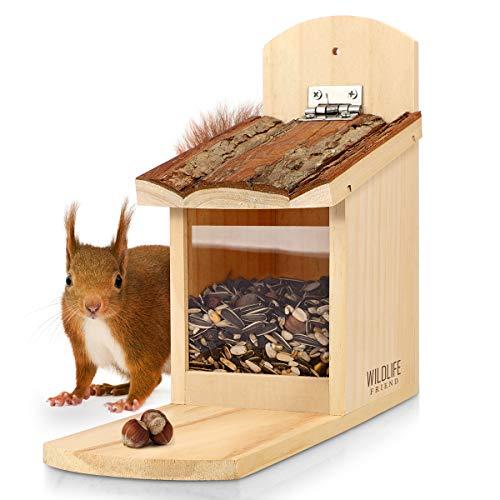 WILDLIFE FRIEND I Eichhörnchen Futterhaus stabil aus Massivholz mit Rindendach - Wetterfest, Futterstation zum Eichhörnchen füttern, Eichhörnchenfutterhaus