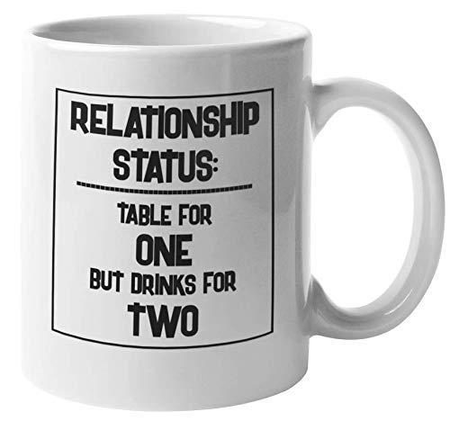 Estado civil. Mesa para uno pero bebidas para dos. Divertida taza de regalo de café y té para solteros y solteros para mamá soltera, soltero, soltera, hombre o mujer solos, chicas y chicos (11