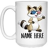 N\A Nombre Personalizado Mapache Sonrisa con Bandera Americana Gafas de Sol Taza Blanca