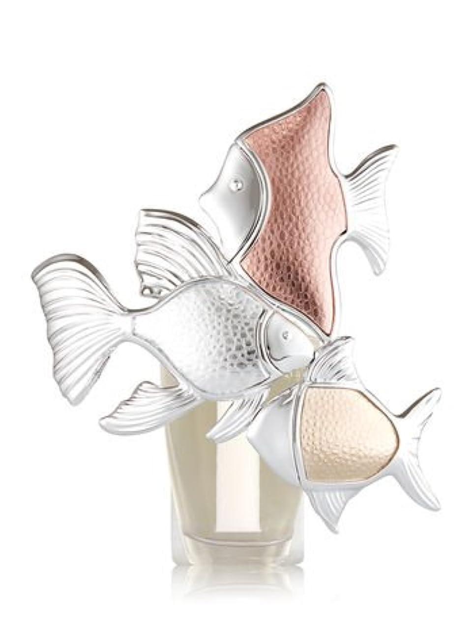 まさに噴火ベックス【Bath&Body Works/バス&ボディワークス】 ルームフレグランス プラグインスターター (本体のみ) メタリックフィッシュトリオナイトライト Wallflowers Fragrance Plug Metallic Fish Trio Night Light [並行輸入品]