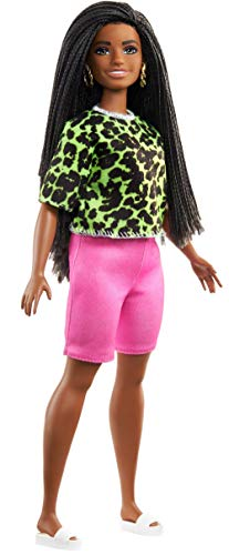 Barbie Fashionistas Bambola con Trecce Castane, Top Verde con Stampa, Pantaloncini Rosa, Sandali e Orecchini Giocattolo per Bambini 3+Anni, GYB00