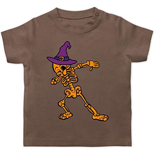 Halloween Baby - Dabbing Skelett mit Hexenhut - 1/3 Monate - Braun - Verkleidung Kostüm - BZ02 - Baby T-Shirt Kurzarm