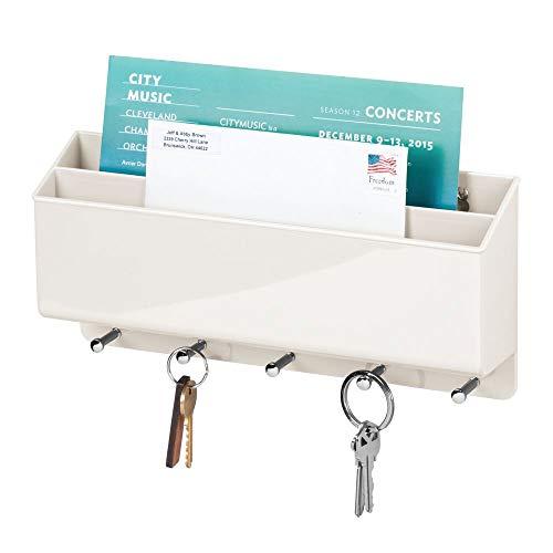 mDesign praktische Briefablage für Flur und Küche – kompaktes Schlüsselboard mit 2 Fächern für Post und 5 Haken – wandmontiertes Schlüsselbrett aus Kunststoff – cremefarben