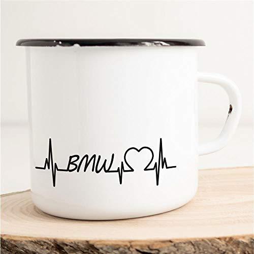 HELLWEG DRUCKEREI Emaille Tasse für BMW Fans Herzschlag Puls Geschenk Idee für Frauen und Männer 300ml Retro Vintage Kaffee-Becher Weiß mit Auto-Liebhaber Motiv für Freunde und Kollegen