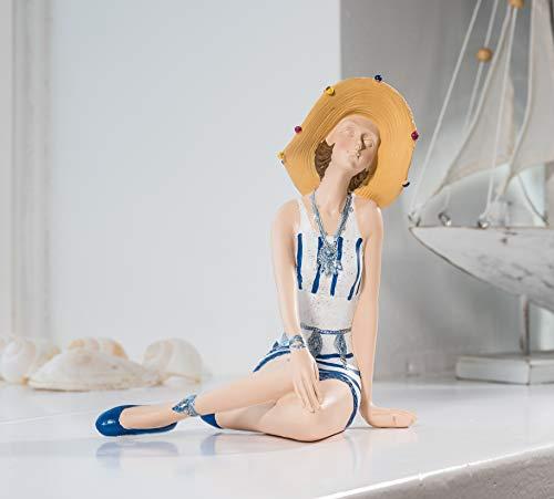 Wohnideen Kupke Deko Badefigur Danielle 18x16cm schlank elegant sitzend im verzierten blau weißem Kleid und Sonnenhut Retro Stil 50er 60er Jahre