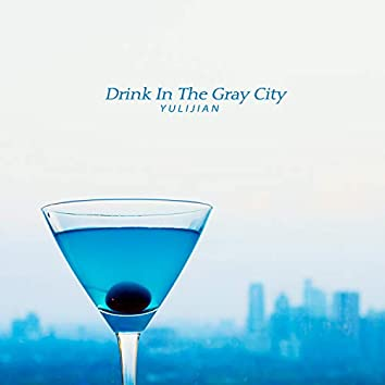 술잔에 비친 회색 도시