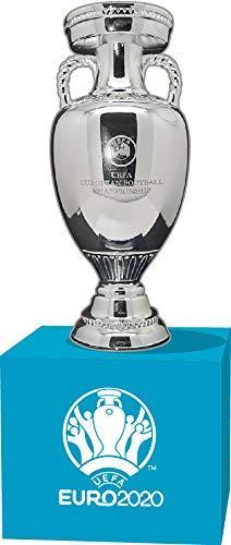 UEFA Euro 2020 M-Pokal (45 mm) auf Holzpodest