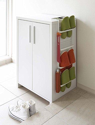 下駄箱の横に引っ掛けて設置するスリッパラックです。既存の家具に手軽に設置できて、スリッパの定位置を作れます。白と黒の2色展開です。