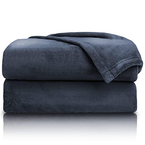 PURE LABEL Kuscheldecke dunkelblau 150x200 cm mit Premium Soft Finish. Hochwertige, Flauschige Fleecedecke als Wohndecke, Tagesdecke oder Sofaüberwurf geeignet