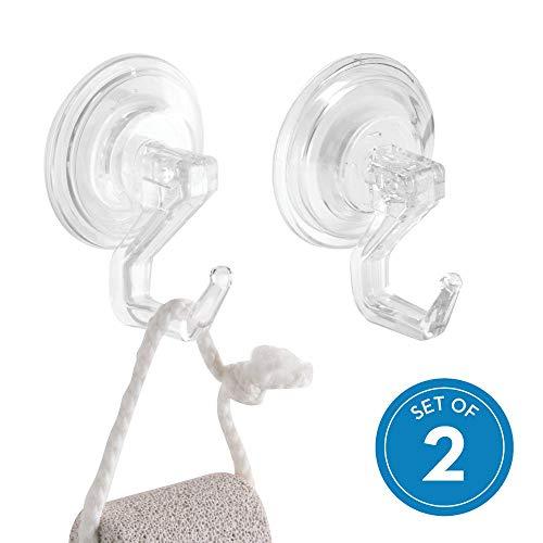 iDesign Ganchos para colgar toallas, pequeño toallero adhesivo de plástico para el baño, juego de 2 ventosas con gancho para instalar sin taladro, transparente