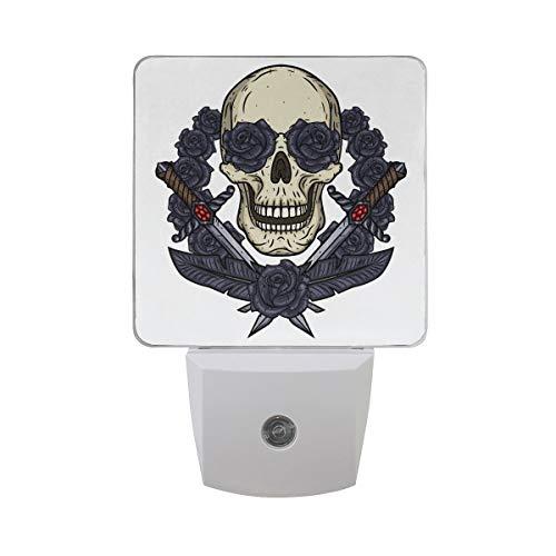 AOTISO Cráneo de San Valentín con espada de dagas Rosas gris oscuro en blanco Sensor automático Luz de noche Enchufe interior