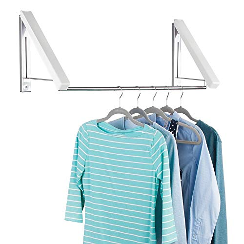 mDesign Wand Kleiderstange für Waschküche, Badezimmer oder Schlafzimmer – praktische Wandgarderobe aus Metall für Kleidung aus der Reinigung – wandmontierter Kleiderhalter für Kleiderbügel – weiß