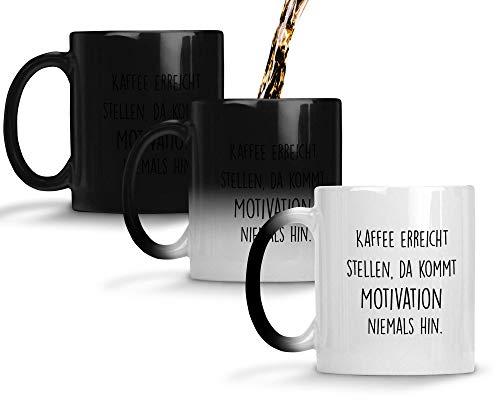 TassenTicker® - ''Kaffee erreicht Stellen, da kommt Motivation Niemals hin.'' - Geschenk Tasse - Farbwechseltasse mit Thermoeffekt - hochwertige Qualität - Kaffee - Arbeit