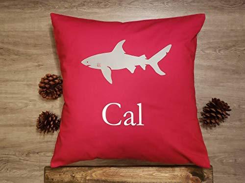 Sp567encer rood katoen met individuele naam en grijze en witte haai kussensloop met vinylprint