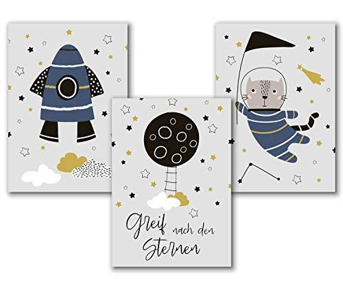 Kinderzimmer Bilder für Junge mit Rakete, Astronaut, und Mond Kunstdruck, Weltraum / Weltall Deko, Spruch Poster Set für Kinder Wandbilder in DIN A4 Kinderposter