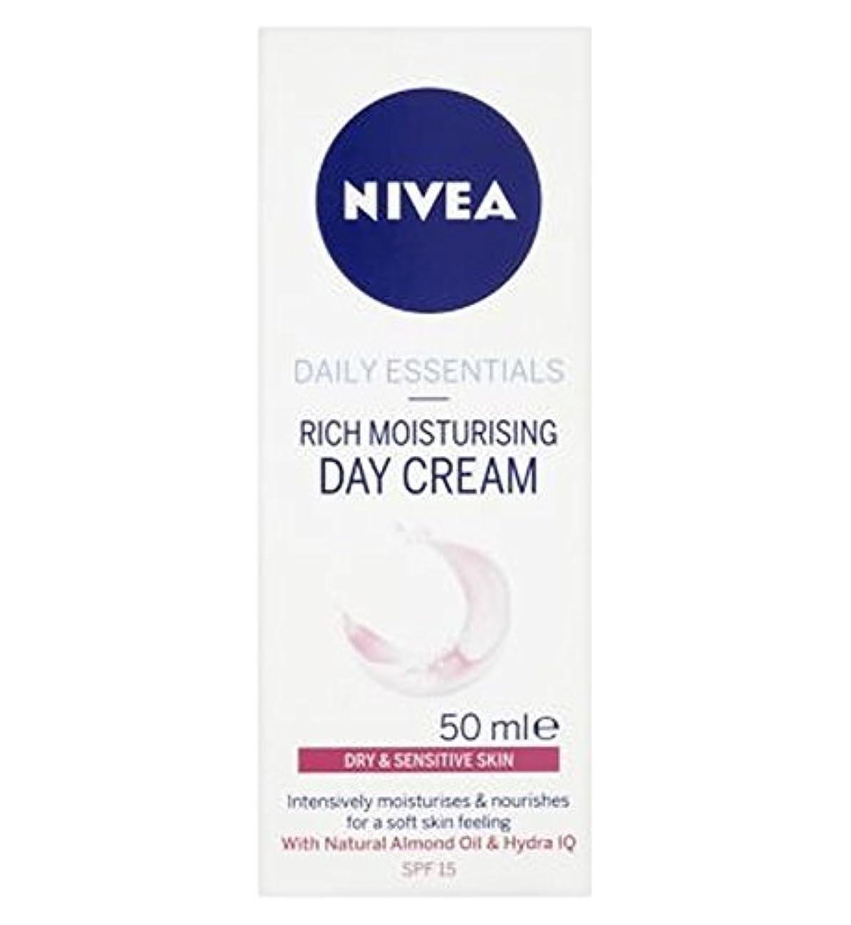 勢い不運飼いならすNivea Daily Essentials Light Moisturising Day Cream For Dry and Sensitive Skin SPF15 50ml - 乾燥肌や敏感肌のSpf15の50ミリリットルのためのニベア生活必需光保湿デイクリーム (Nivea) [並行輸入品]