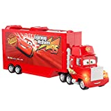 Cars Camión Mack Track Talkers Coche de juguete con sonidos, almacena 2 vehículos, juguete para niños +3 años (Mattel GYK60)