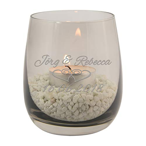 Teelicht zur Hochzeit mit persönlicher Gravur (Grau, Herzen) – buntes Glas Windlicht personalisiert mit Namen und Datum – persönliche Hochzeitsgeschenke für Brautpaar