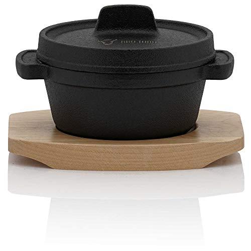 BBQ-Toro Mini Dutch Oven (1 Stück) | Ø 11 cm | Gusseisen Serviertopf mit Holzunterlage | bereits eingebrannt - preseasoned | Kochtopf Kleiner Bräter Gusstopf