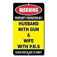 警告の標識 警告の財産は銃を持った夫によって保護されます PMSを持った妻 ノベルティ 道路標識 ビジネスサイン 8X12インチ アルミニウム金属製ブリキ看板 Q0150