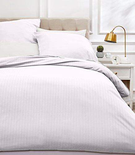 Amazon Basics Parure de lit avec housse de couette haut de gamme avec deux taies d'oreiller, 230 x 220 cm, Blanc éclatant