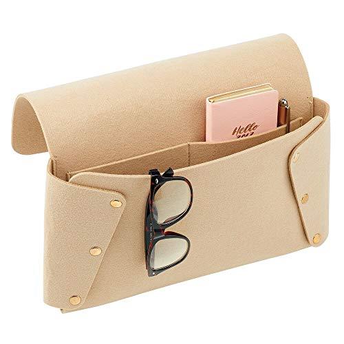 mDesign Organizador de cama de fieltro – Bolsa colgante de poliéster con dos compartimentos – Bolsillos colgantes para guardar gafas de lectura, libros, periódicos, etc. – color crudo y dorado