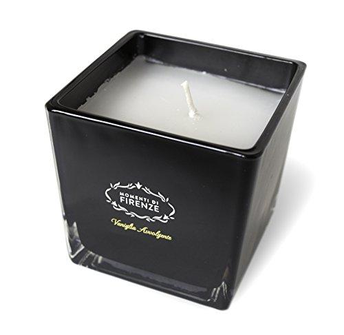 Elegante candela profumata by Momenti Di Firenze: unico e versatile ornamento all'essenza di Vaniglia in un elegante contenitore di vetro nero lucido, cera in paraffina, finiture di alta qualità