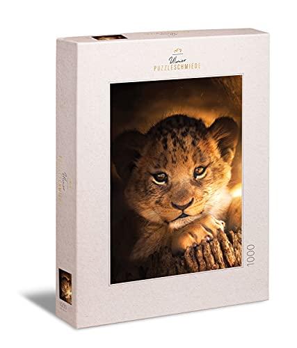 Ulmer Puzzleschmiede - Puzzle 'Little Prinz' - Precioso puzle de animales de 1000 piezas – El pequeño león mira la luz del sol en África – Pequeño gato depredador como puzzle de cuento de hadas.