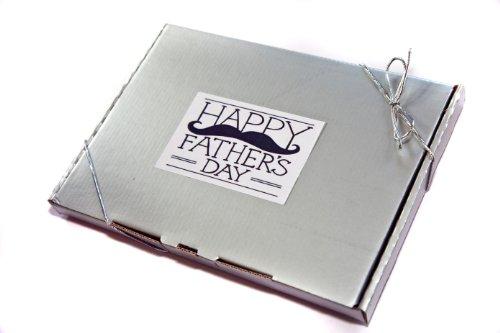 Feliz día del padre, dulces tradicionales en caja de regalo plateada, se adapta a través de buzón. Regalo de gran valor bien presentado.