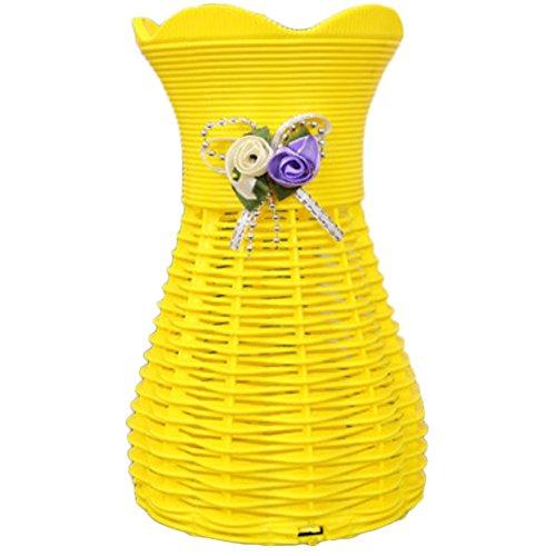 jarrón de plástico color amarillo.