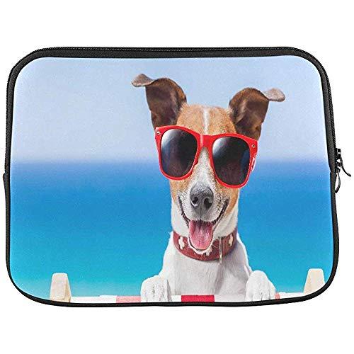 Hund, der auf einem fantastischen Klappstuhl-Ärmel-weichen Laptop-Kasten-Taschen-Beutel Sich entspannt