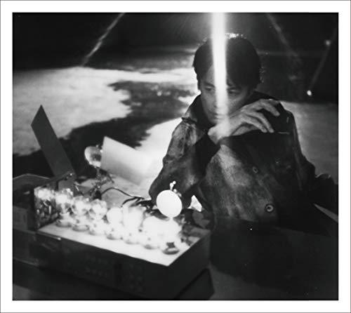 【Amazon.co.jp限定】AKIRA (初回限定LIVE映像「ALL SINGLE LIVE」盤)【初回プレス仕様】(CD+Blu-ray)(特典:メガジャケ・通常盤絵柄付)