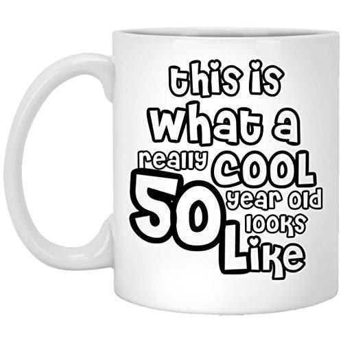 Thee Mok, Wit, Dit is Wat Een Echt Cool 50 Jaar Oude Look Zoals, Grappige 50e Verjaardag Geschenken voor Vrouwen & Mannen Gepersonaliseerde 11oz Koffiemok, Aangepast Aantal