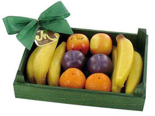 Odenwälder Marzipan Früchtekiste 100g enthält ca 10g Marzipanfrüchte in einer kleinen grünen Holzkiste (Bananen, Orangen, Pflaumen, Äpfel)