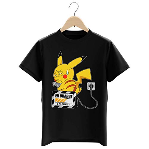 Okiwoki T-Shirt Enfant Garçon Noir Parodie Pokémon - Pikachu - en Charge. (Super Deformed) (T-Shirt Enfant de qualité Premium de Taille 11-12 Ans - imprimé en France)