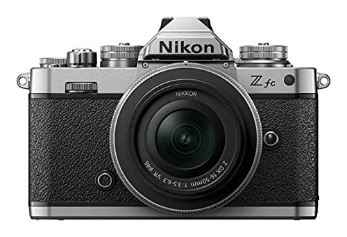 Nikon Z fc KIT Z DX 16-50 mm 1:3.5-6.3 VR Silver Edition (20.9 MP, OLED-Sucher mit 2.36 Millionen Bildpunkten, 11 Bilder pro Sekunde, Hybrid AF mit Fokus-Assistent, ISO 100-51.200, 4K UHD-Video)