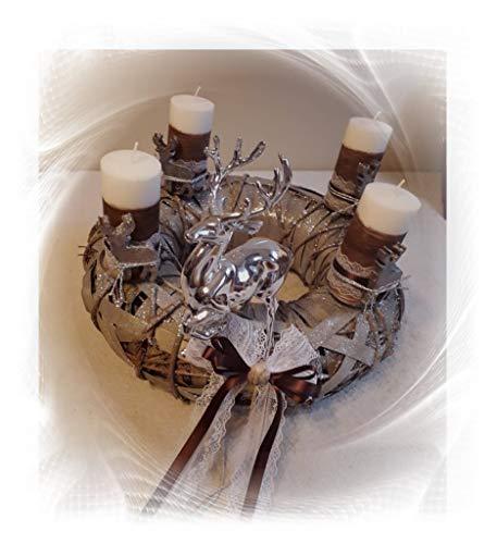 ilonas-lichtermeer Adventskranz rund braun/Silber Göße ca. 35cm Kerzen weiß/braun mit Hirsch aus Wachs10x5 cm Silberne Hirsch ist aus Kunststoff