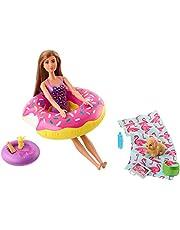 Barbie FXG38 – meble flamingi, zestaw do zabawy na świeżym powietrzu, z kółkiem do pływania w kształcie pączka, skarpetkami, lalkami i akcesoriami dla lalek od 3 lat