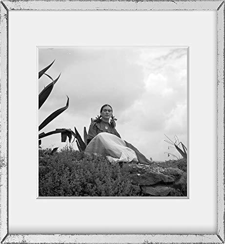 Infinite Photographs 1937 Foto Frida Kahlo (Senora Diego Rivera) sitzend neben einer Agave Pflanze, während eines Fotoshootings für Vogue Magazine, Senoras von Mexiko