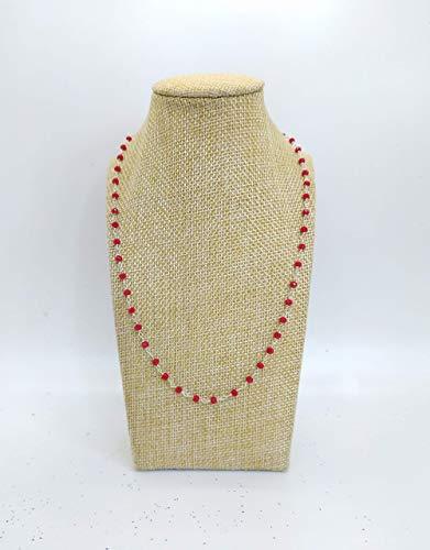 Collana girocollo stile rosario con filo di colore argento e cristalli rossi.