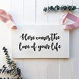 LUCKYYL Wandtattoo Hier kommt die Liebe deines Lebens Zeichen Abziehbilder Ringträger Blumenmädchen Zeichen Dekor Abnehmbare Liebe Hochzeitszeremonie Vinyl Aufkleber 45 × 21cm